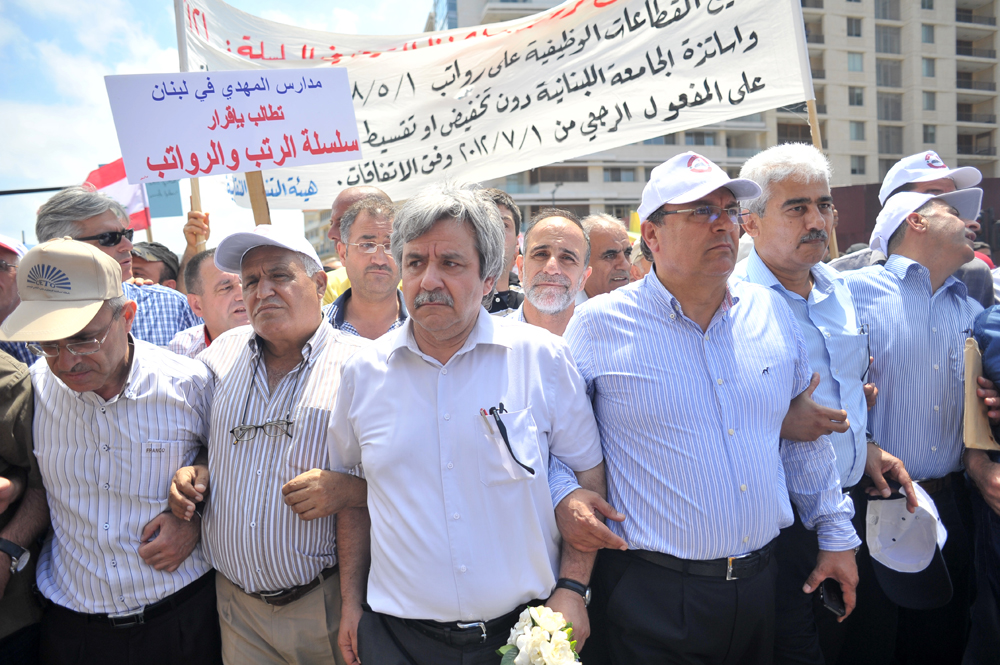 Hanna Gharib surrounded by protesters during the march towards Riad el-Solh