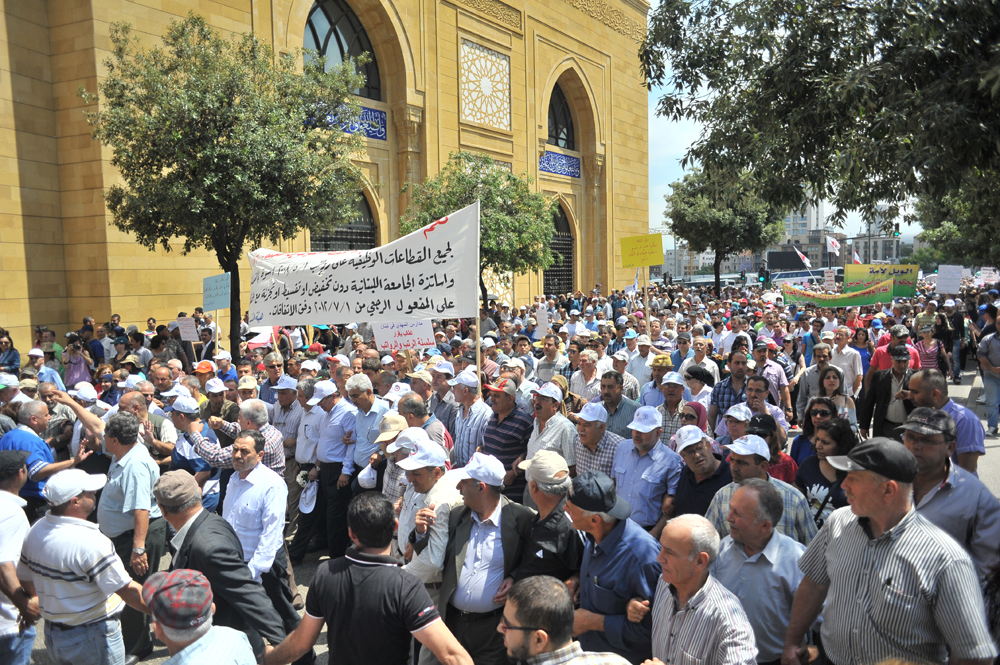 Protestors in front of Mohammad al-Amin Mosque, heading to Riad el-Solh